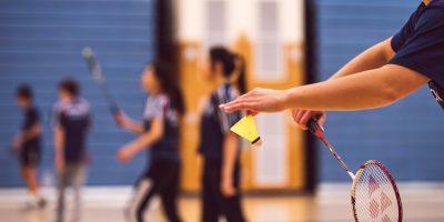 El saque en el badminton Sus tipos y como hacer variaciones